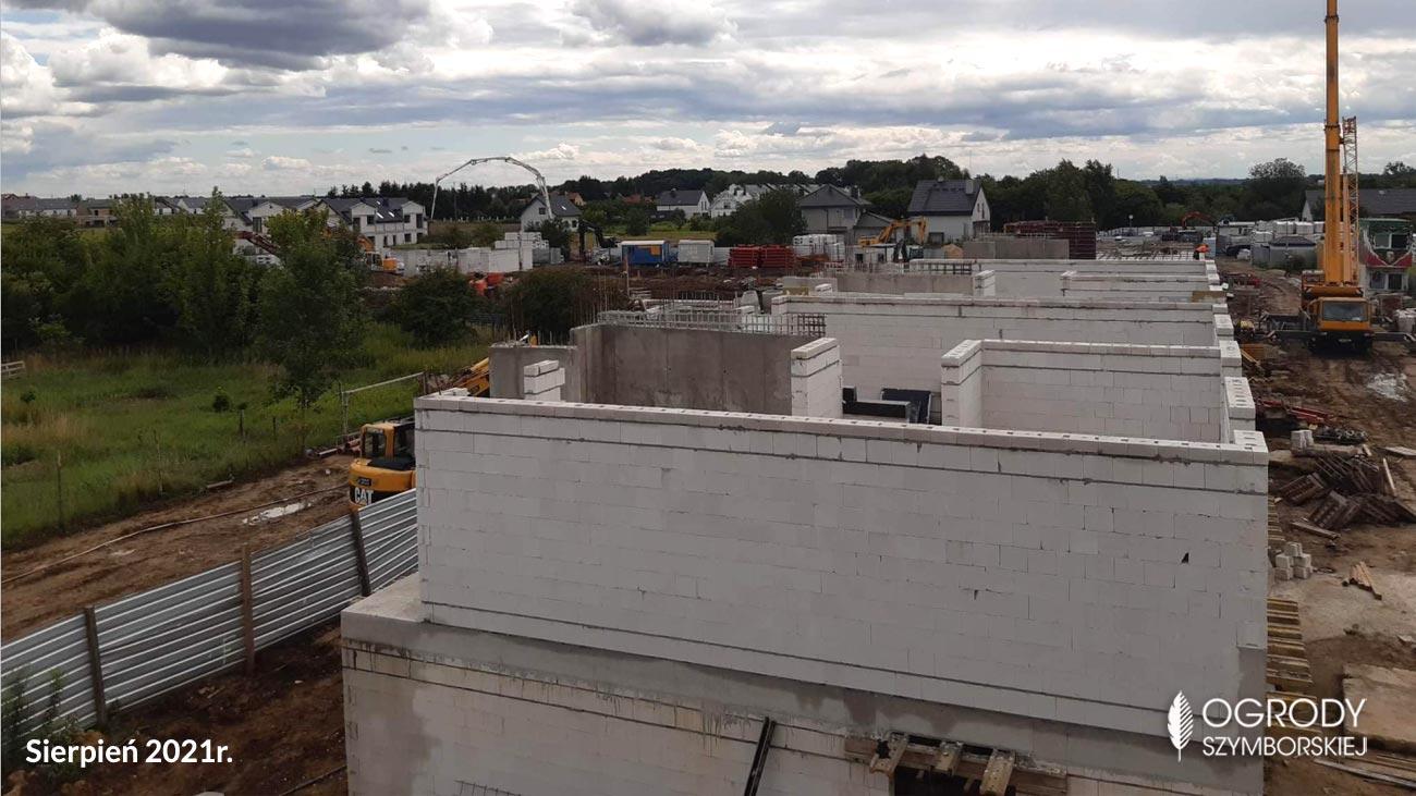 Sierpień 2021r. budowa - nowe domy na osiedlu Ogrody Szymborskiej, Wrocław Wojszyce Krzyki
